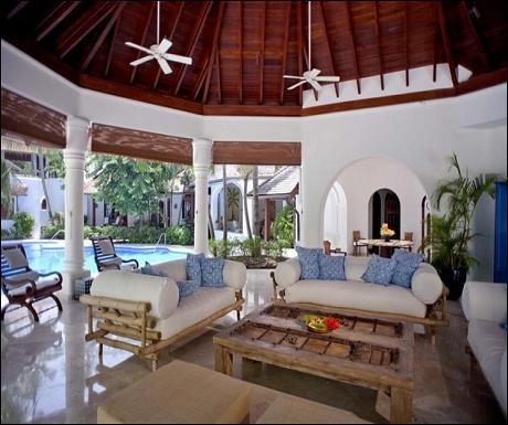 Barbados 33 poolside