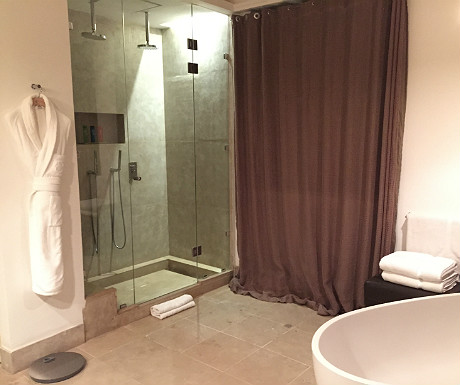 Palais Namaskar bathroom