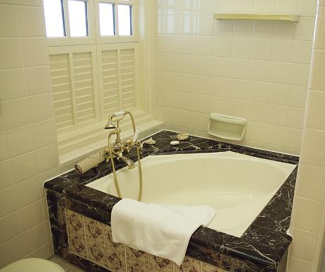 Raffles Singapore bath