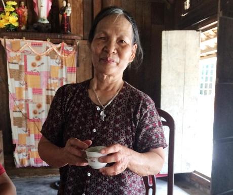 Local lady offering green tea in Ninh Binh