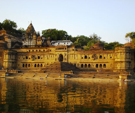 3. Sail down the Narmada River; stay at Ahilya Fort