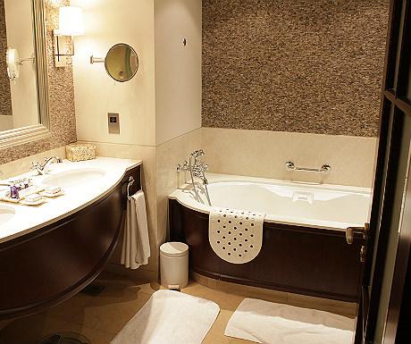 JA Palm Treet Court bathroom