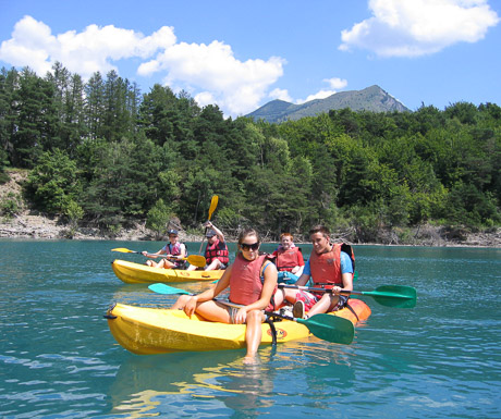 kayaking on the lakes of the southern french alps