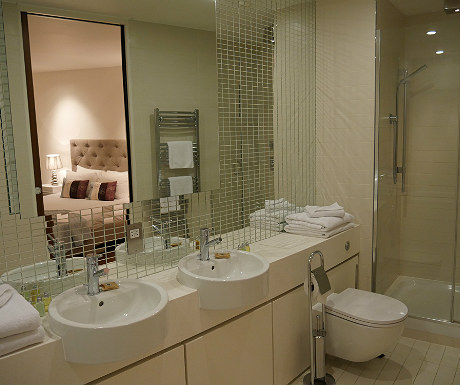 SACO Covent Garden apartment bathroom