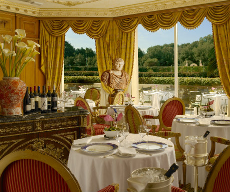 Elegant food with beautiful views  Refined, elegant cuisine which combines contemporary flair with authentic, traditional Italian flavours can be enjoyed in the fascinating restaurant, the Pauline Borghese, whcih overlooks the Italian styled gardens.