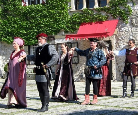 Folk dancing Bled, Grad