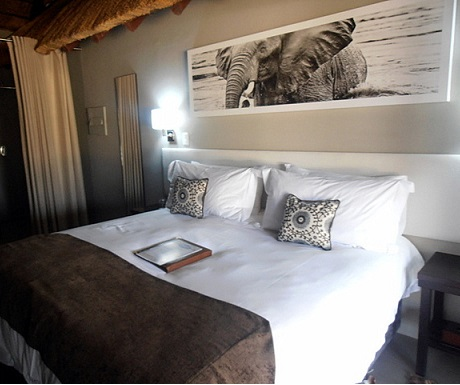 Comfortable en suite bedroom at Monate Game Lodge