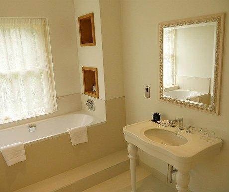 storrs-hall-bathroom