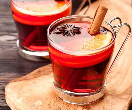 Spiced apple cider apres ski drink