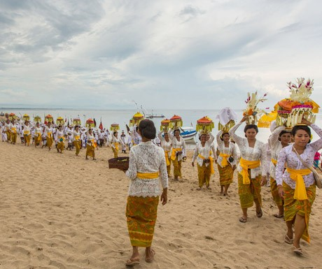 The-Spirit-of-Bali-a-Balinese-ceremony-on-the-beach (1)