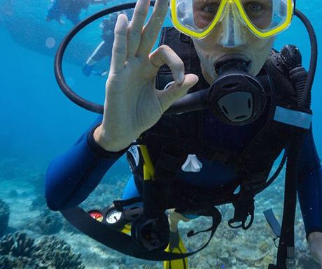 Neyk submarine diving